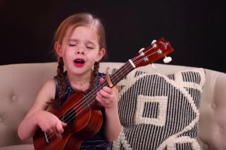 Enn einu sinni sprengir hún krúttskalann – Og nú spilar hún líka á ukulele